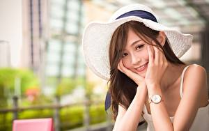 Картинки Азиаты Наручные часы Боке Шляпы Шатенка Взгляд Улыбается Рука девушка