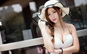Обои для рабочего стола Азиаты Наручные часы Шатенка Шляпа Взгляд Рука Вырез на платье Боке Косички Красивые девушка