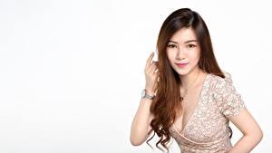 Обои Азиатки Белый фон Шатенка Платье Декольте Волос Взгляд Миленькие молодые женщины