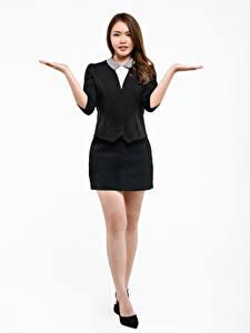 Фотографии Азиаты Белый фон Поза Туфли Ног Юбки Рука Шатенки девушка