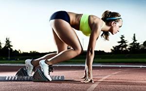 Фотографии Позирует Сбоку Брюнетки Униформа Рука Ноги Кроссовках Старт Athletics спортивный Девушки