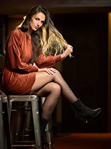 Фотографии Сидит Платья Ноги Смотрят Audrey девушка