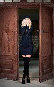 Фотография Блондинка Открытая дверь Платья Бейсболка Ноги Взгляд Aurora молодая женщина