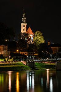 Обои для рабочего стола Австрия Зальцбург Дома Храмы Церковь Речка Мосты В ночи Maria Himmelfahrt Church город