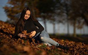 Обои Осенние Боке Брюнеток Листва Джинсы Лежат Anastasia молодая женщина