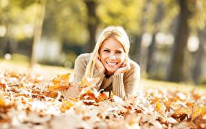 Обои Осенние Блондинка Улыбка Рука Размытый фон Взгляд Листья девушка