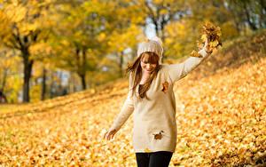 Фотография Осень Боке Листья Свитера Шапки Улыбка Девушки Природа