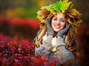 Картинки Осень Размытый фон Венок Листья Руки Перчатках Смотрят Улыбается Девушки