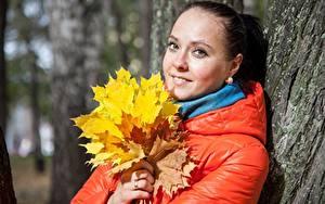Фотографии Осенние Листья Взгляд Куртки молодые женщины