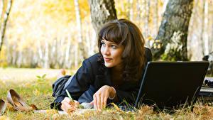 Фото Осенние Траве Ноутбук Лежа Смотрят Девушки