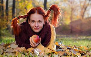 Картинка Осень Рыжие Коса Улыбка Взгляд Лежачие Листья Размытый фон Mirella Девушки