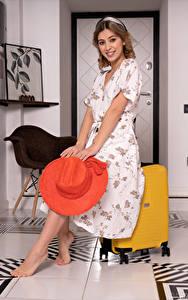 Фотография Avery 1997 Улыбается Платье Шляпе Чемодан Взгляд