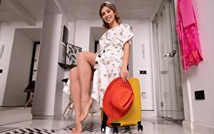 Фотография Avery 1997 Улыбается Платья Ног Шляпы Чемоданом Сидит Смотрят Девушки