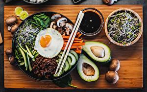 Фотографии Авокадо Грибы Яичница Палочки для еды Нарезанные продукты Миска Разделочной доске Bibimbap Пища