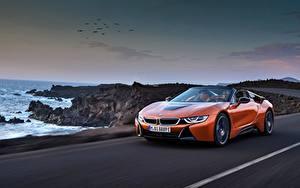 Фото BMW Оранжевый Родстер Едет 2018 i8 машины
