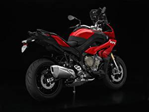 Фотографии БМВ Черный фон Сбоку Красная S 1000 XR мотоцикл