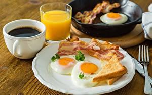 Фотография Бекон Кофе Яичница Завтрак Тарелке Чашке