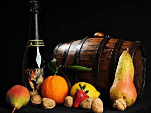 Картинка Бочка Вино Фрукты Орехи Апельсин Груши На черном фоне Бутылки Еда