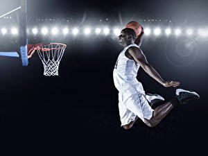 Обои для рабочего стола Баскетбол Мужчина Негры Униформе Прыгает Рука Мячик спортивные