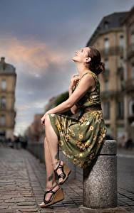 Фотографии Позирует Сидит Платье Боке Bea девушка