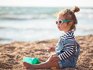 Фотография Пляже Песок Девочка Сидящие Очков Дети