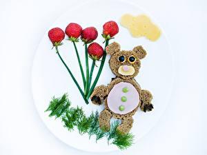 Фотографии Медведь Сыры Оригинальные Хлеб Ягоды Клубника Укроп Тарелке Пища