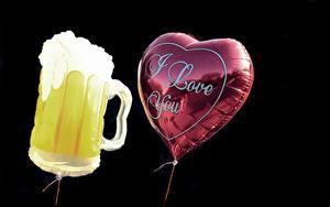 Картинка Пиво Черный фон Английский Воздушные шарики 2 Сердца Кружка