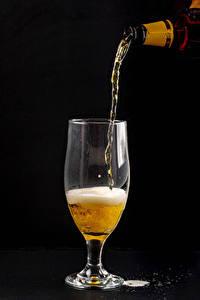 Фотографии Пиво На черном фоне Бокал Пеной Еда
