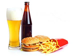 Фотография Пиво Гамбургер Булочки Картофель фри Белом фоне Стакане Пена Бутылки Еда