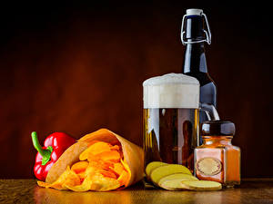 Фотография Пиво Перец Бутылка Кружка Пена Чипсы Банка Еда