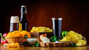 Картинки Пиво Овощи Лук репчатый Пена Стакан Бутылки Чипсы Еда