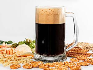 Фото Пиво Белый фон Кружки Пене Чипсы Продукты питания