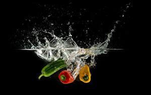 Картинки Перец овощной Вода Черный фон С брызгами Пища