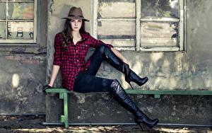 Фото Скамья Шляпа Сидящие Рубашка Руки Ноги Сапогов молодая женщина