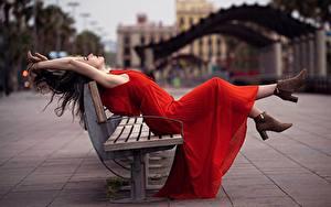 Картинки Скамья Позирует Платья Красная Рука Шатенки Боке девушка