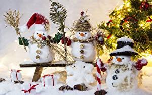 Обои Скамейка Снежинки Трое 3 Снеговика Шапки Снеге