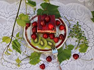 Фотография Ягоды Вишня Пирожное Скатерть Листья Тарелке Вилка столовая Нарезанные продукты