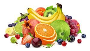 Фотография Ягоды Фрукты Бананы Апельсин Яблоки Белом фоне