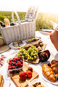 Обои для рабочего стола Ягоды Виноград Клубника Малина Пикнике Разделочная доска Корзина Продукты питания