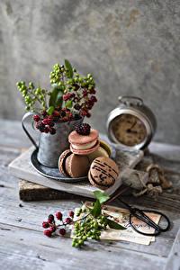 Фотография Ягоды Натюрморт Доски Ветка Макарон Продукты питания