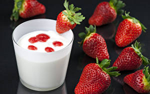 Картинки Ягоды Клубника Молоко Черный фон Стакана Пища