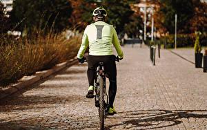 Фотография Велосипеды Вид сзади Спины В шлеме