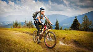 Фотографии Велосипеде Движение Очков В шлеме спортивная Девушки