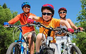 Картинки Велосипедный руль Велосипеде Трое 3 Шлем Мальчики Очков спортивный