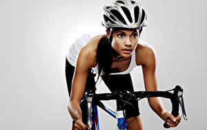 Фотография Велосипедный руль Сером фоне Шлем Смотрит спортивный Девушки