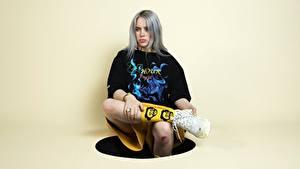 Картинки Позирует Сидящие Кроссовках Ног Футболке Блондинки Смотрит Billie Eilish Знаменитости Девушки