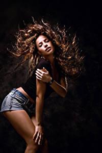 Обои Черный фон Шатенка Волосы Танцует Руки Девушки