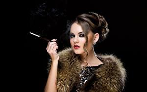 Фотография Черный фон Сигареты Фотомодель Прически Макияж Шатенка Взгляд Красивые девушка
