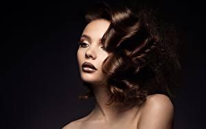 Фото На черном фоне Косметика на лице Волосы Шатенки Лицо Прически Фотомодель Девушки