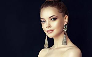 Фотография Черный фон Фотомодель Серег Косметика на лице Лица Смотрит молодые женщины